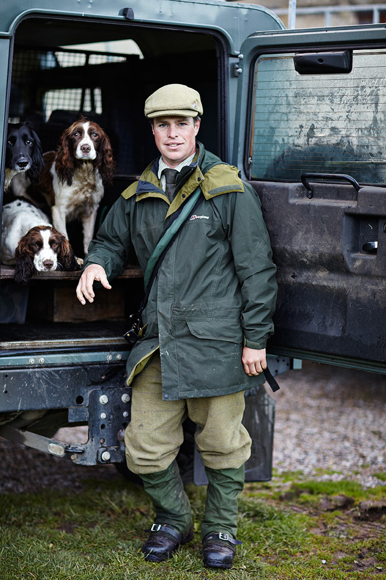 Gun-loader-with-spaniel-gun-dogs